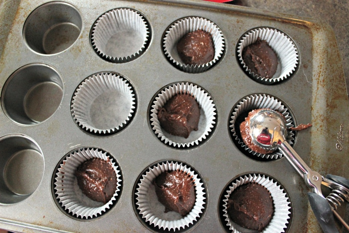 how to scoop cupcake batter into cupcakes