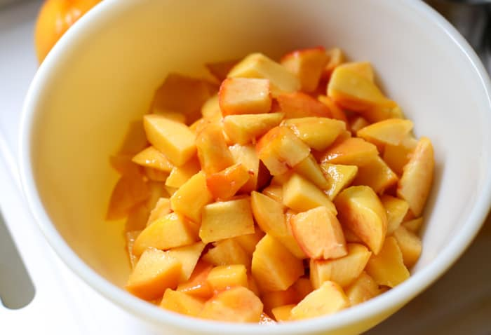 bowl of sliced peaches for peach pie